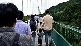 3.大吊橋を歩く親子.jpg